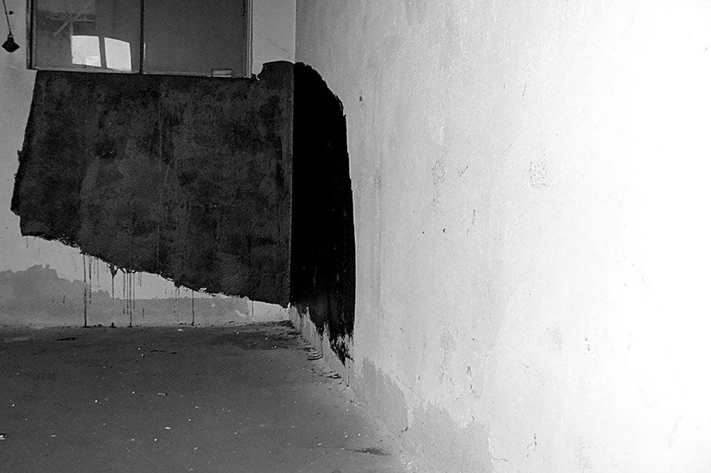 ziel der freien studien war, durch schwarzes bitumen raumgrafik zu erzeugen, die derart dichte flächen besitzt, dass sie in einen dialog mit dem umraum tritt, ihm deutlich etwas entgegensetzt