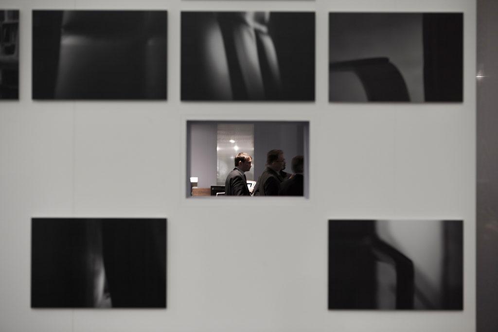 atmosphärische fotografien des leadchair werden angelehnt an den charakter einer galerie vorgestellt