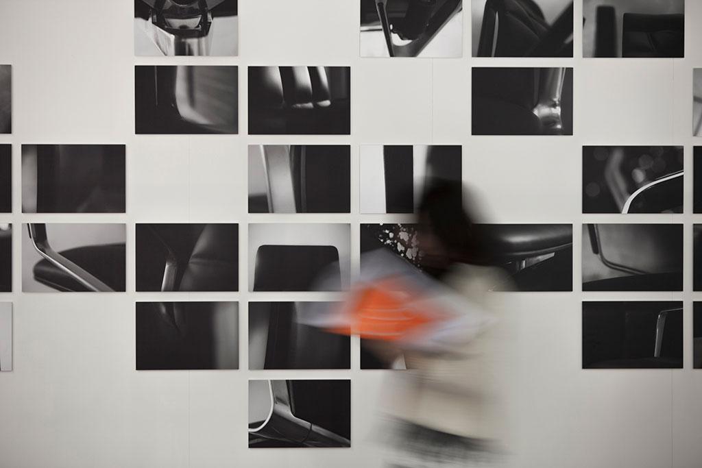 fotos des leadchair werden in seriellen setzung dem publikum rund um den messestand von walter knoll vorgestellt