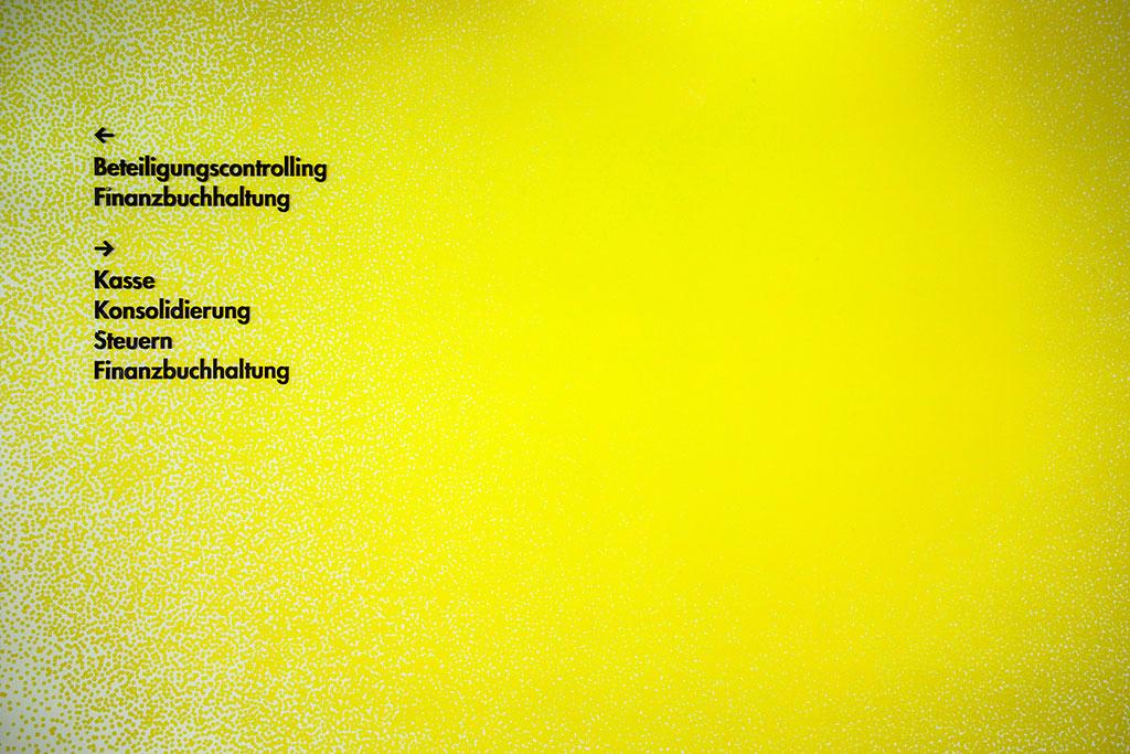 gelbe raumgrafik kombiniert mit reduziertem orientierungssystem