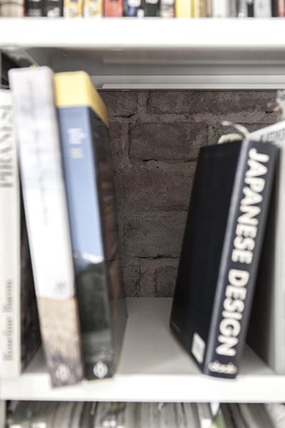 roher klinker – brüchig, rauh, matt – blitzt beim arbeiten in der bibliothek zwischen den büchern hindurch
