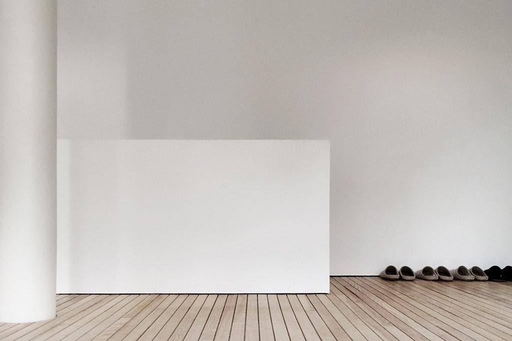 interieur hochwertiger, minimalistisch unaufgeregter raum, in dem entfaltung, konzentration und austausch möglich ist