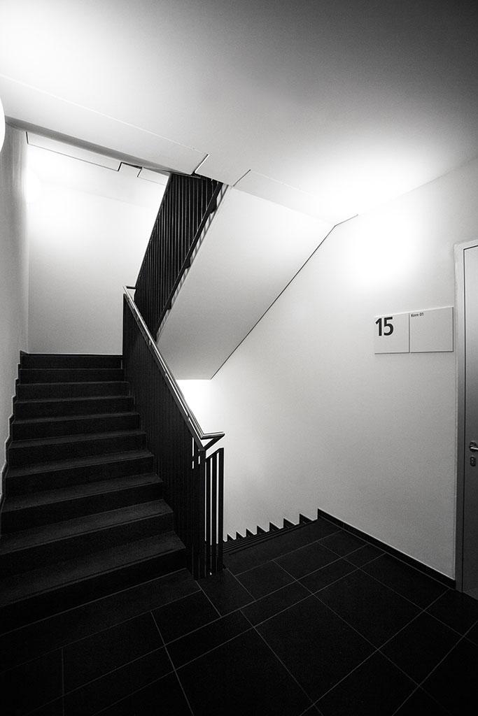 minimalistisches orieniterungssystem im treppenhaus des maintor porta in frankfurt am main