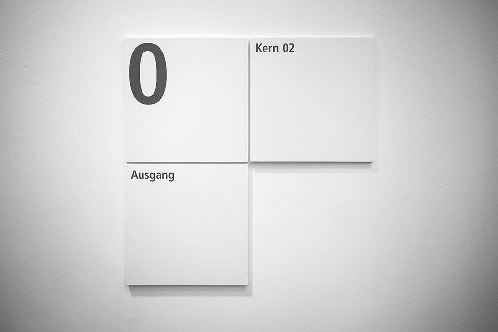 minimalistisches beschilderungssystem in weiß
