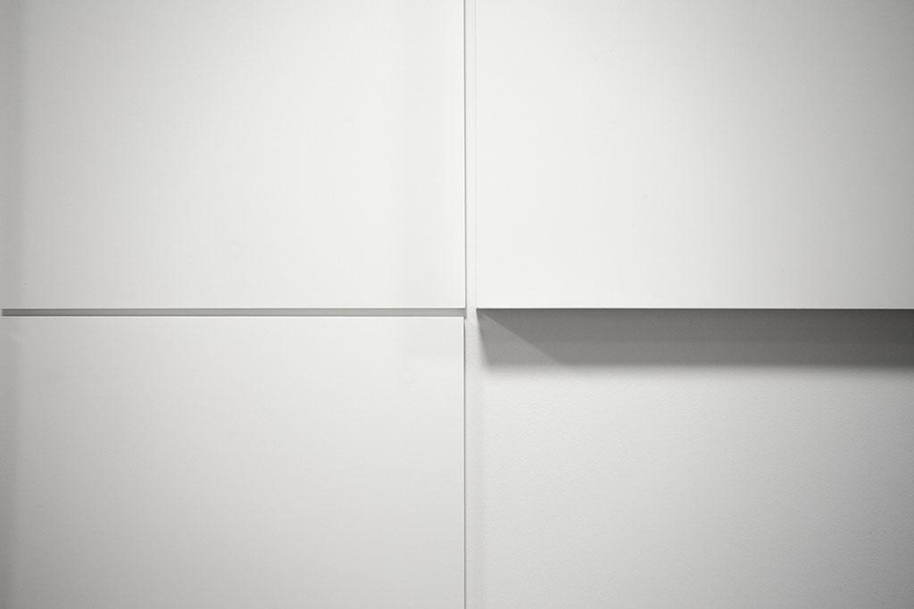 verschiedene schildstärken nahaufnahme minimalistisch neutral