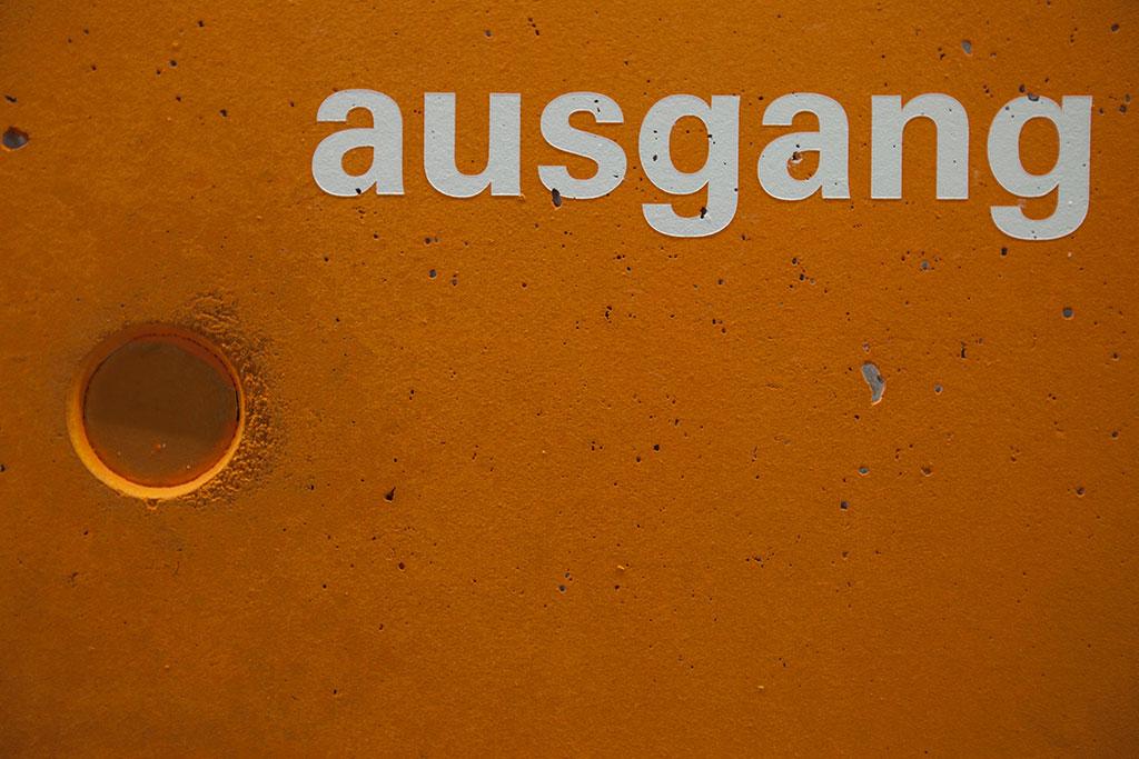 oranges farbfeld mit weißer typografie nahaufnahme