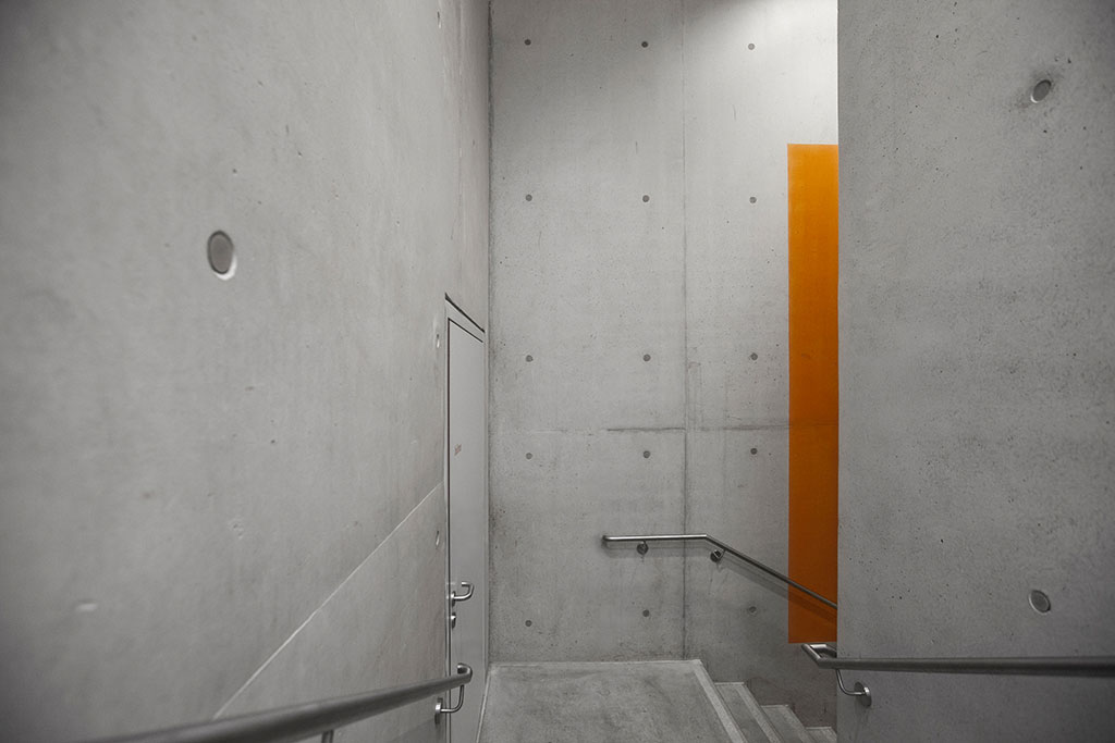 oranges farbfeld im treppenhaus der sport- und mehrzweckhalle halle der brüder-grimm-schule in ingelheim