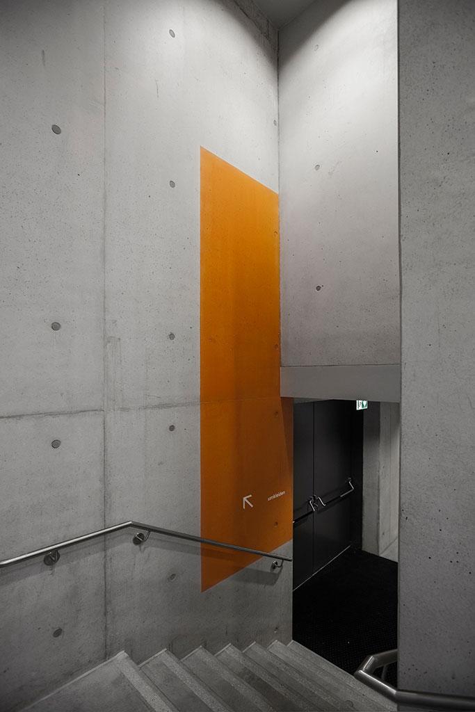 oranges farbfeld transportiert durch seine erscheinung eine warme atmosphäre in die minimalistische, unaufgeregte anmutung des raumes