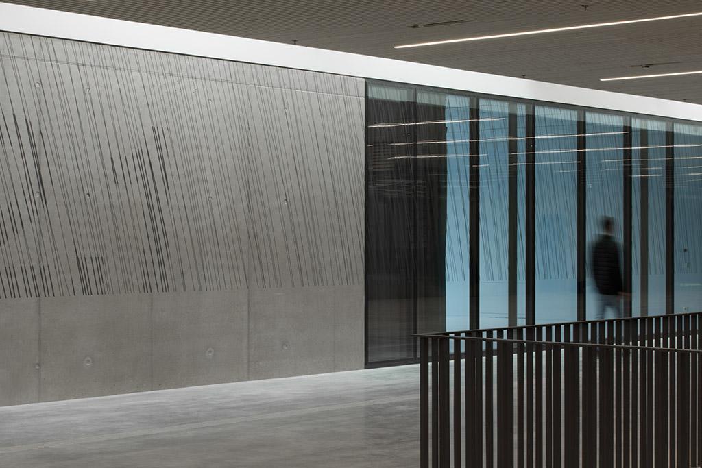 die künstlerische signaletik wird als durchlaufschutz auf den glasflächen der seminarräume fortgeführt und verbindet auf diese weise die unterschiedlichen oberflächen zu einem großen ganzen